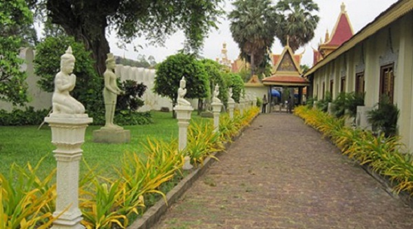 The road leading to the Palace