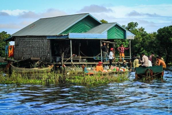 Daily life in Kampong Phluk Floating Village