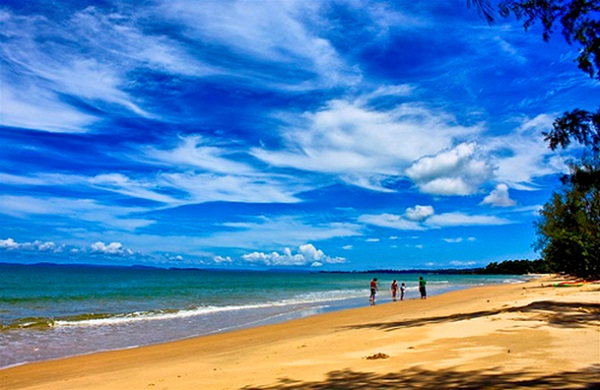 The best time to visit beaches in Sihanoukville is between May and October because of the most sunshine and temperatures averaging 24°C