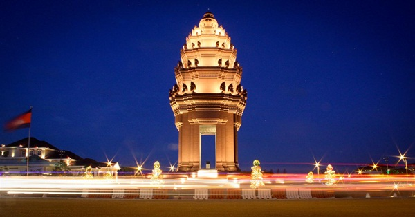 The independence monument attracts a lot of tourists when visiting Phnom Penh