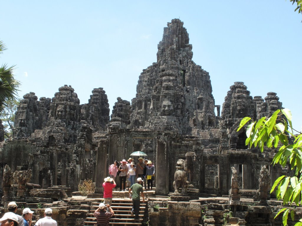 Tourists are taking photoes when visiting Bayon temple
