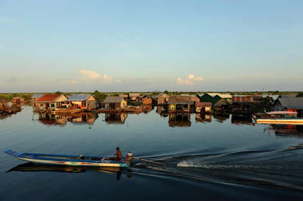 Go sightseeing in Tonle Sap Lake by boat
