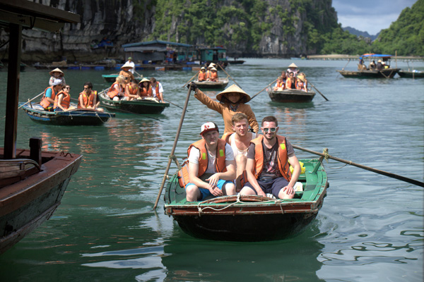 Going boats in Halong-
